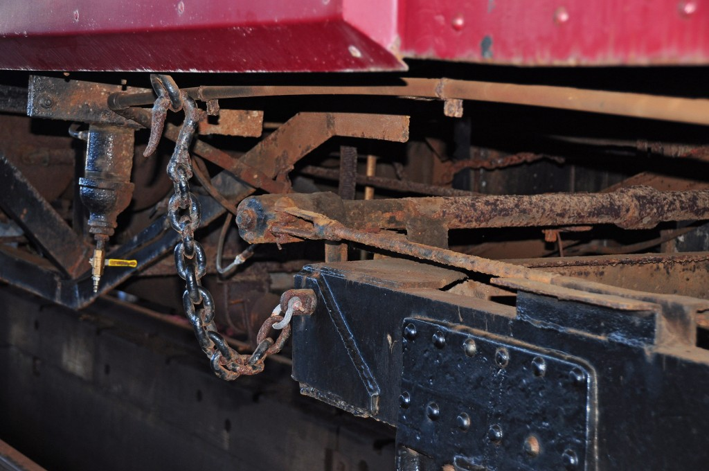 Safety chain connecting wheel truck to the body of M100