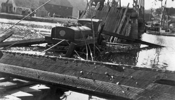 1924 picture of the wreckage of the second bridge